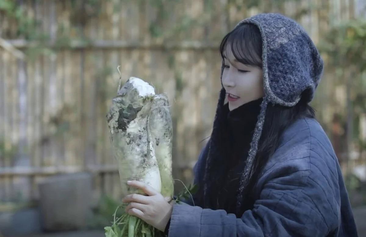 YouTuber Trung Quốc Lý Tử Thất khiến dân mạng Hàn tức giận khi đăng tải video làm Kim chi đính kèm hashtag ẩm thực Trung Hoa. Ảnh: YouTube