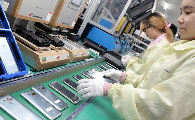 Bên trong một nhà máy sản xuất điện thoại thông minh của LG. Ảnh: Mobilesyrup