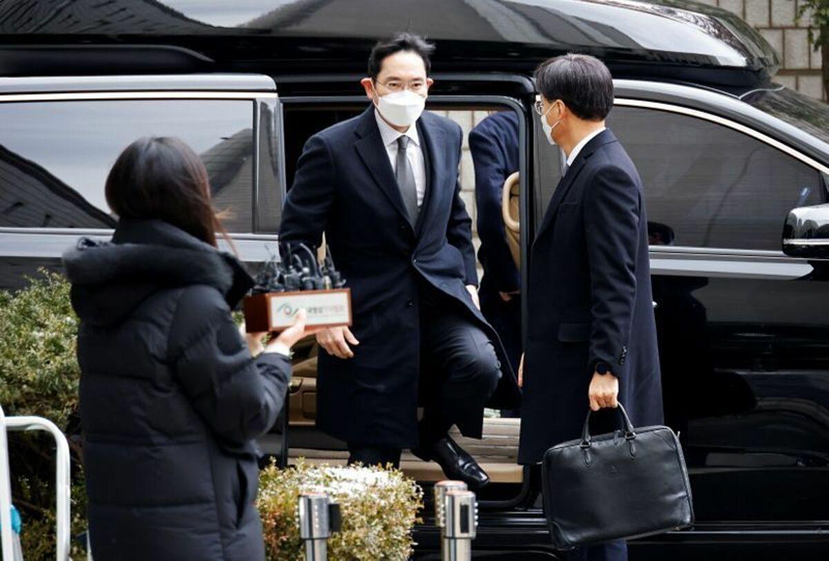 Lee Jae Yong đến dự phiên xét xử tại tòa án Seoul sáng 18/1. Ảnh: Reuters