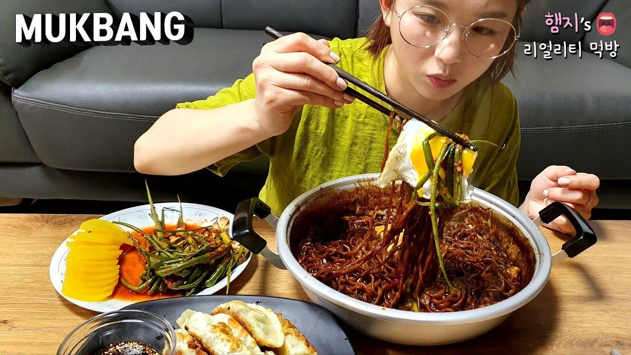 Hamzy nổi tiếng với các video Mukbang - trào lưu video vừa ăn vừa ghi hình và trò chuyện với khán giả. Kênh YouTube của cô có lượng xem nhiều không chỉ ở Hàn Quốc.