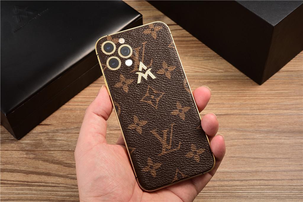 Mẫu iPhone 12 Pro dán da được cắt ra từ túi LV siêu sang.