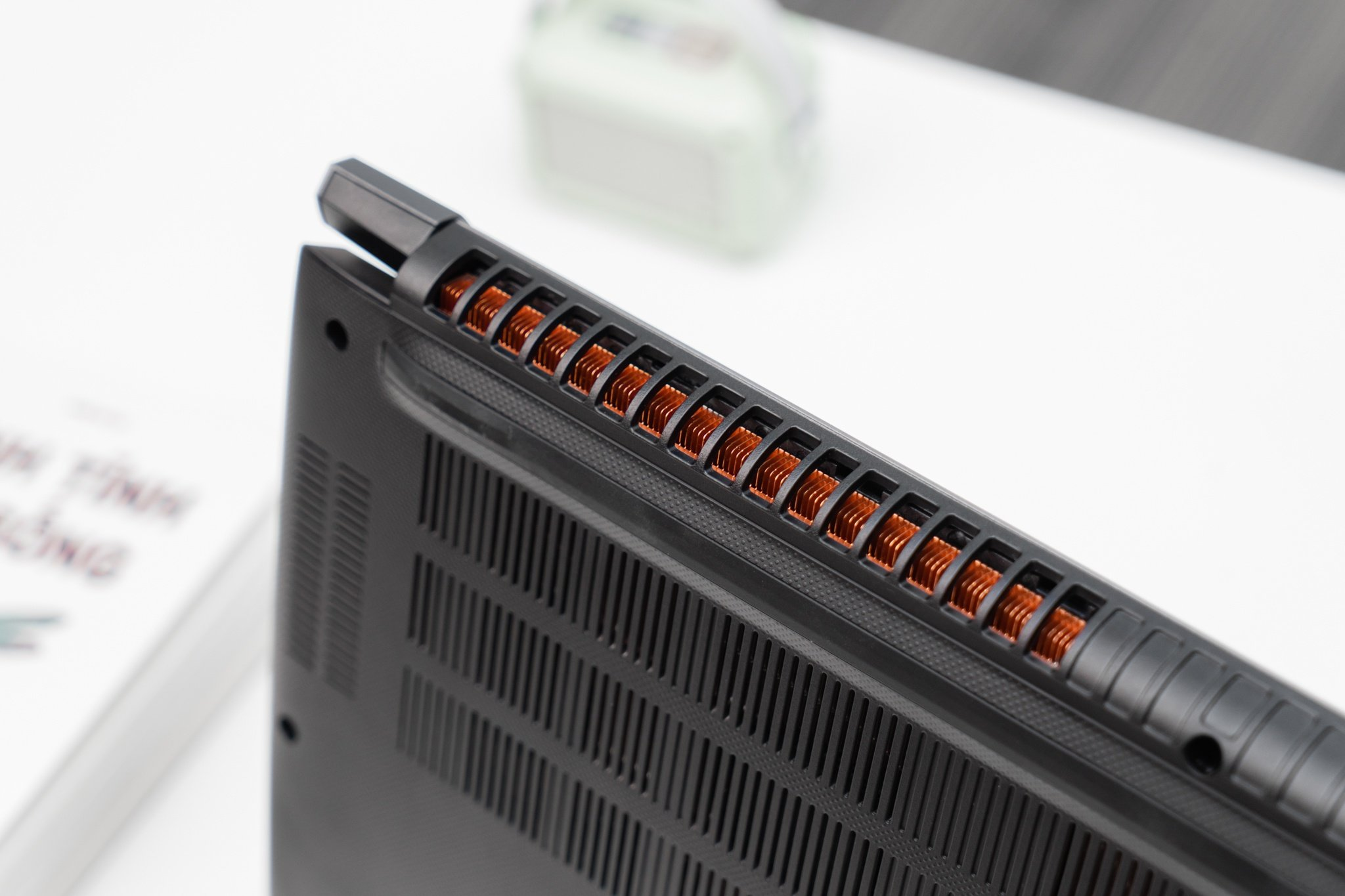 Các khe tản nhiệt của Aspire 7 có kích thước lớn. Ảnh: Acer.