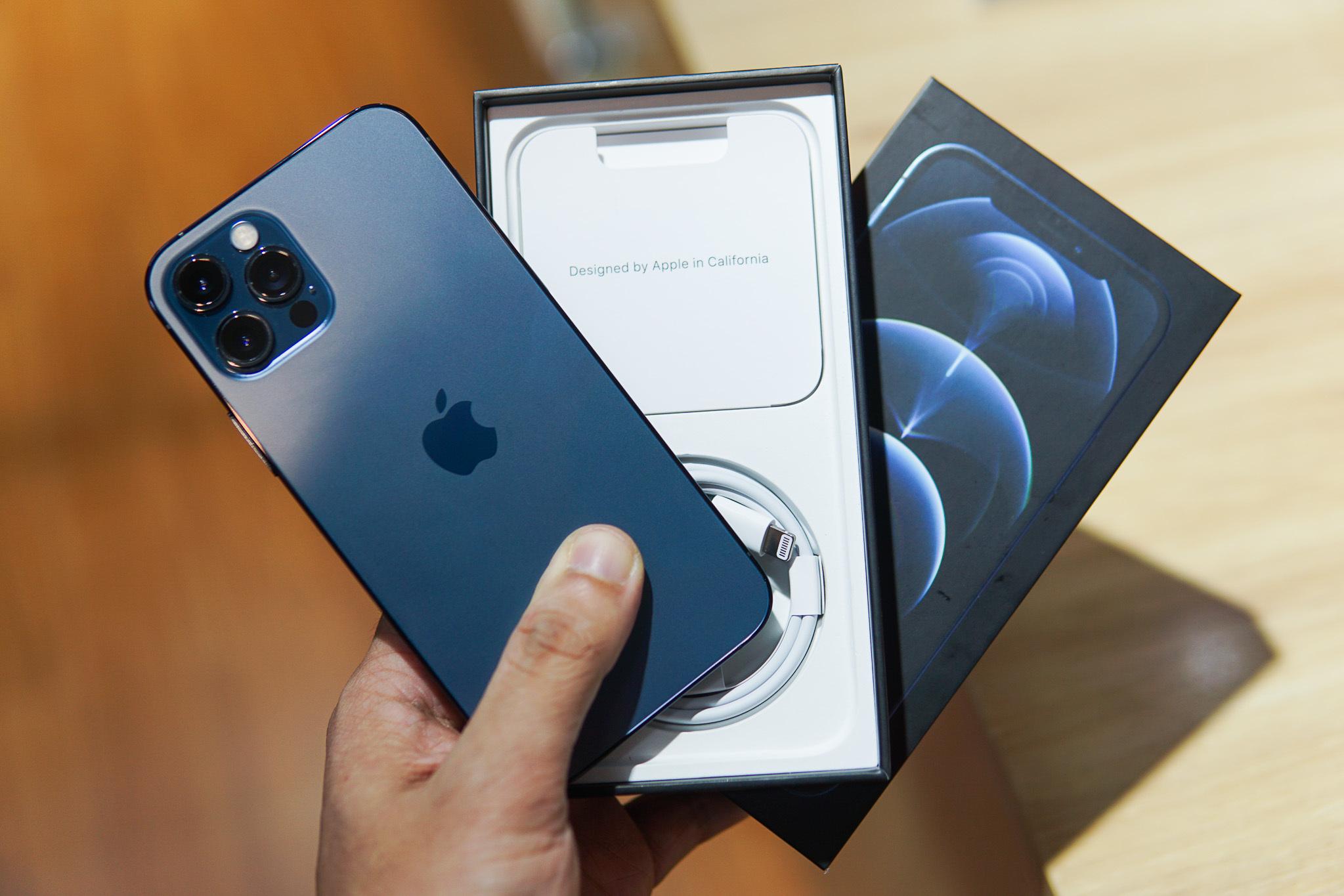 iPhone 12 Pro/Pro Max bản màu xanh và đen giá thường rẻ hơn bản màu trắng và vàng. Ảnh: Lưu Quý