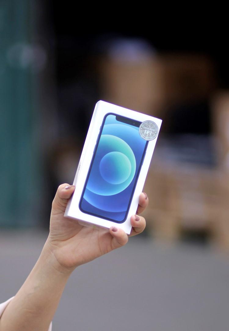 iPhone 12 mới dán tem Synnex FPT. Ảnh: Synnex FPT.