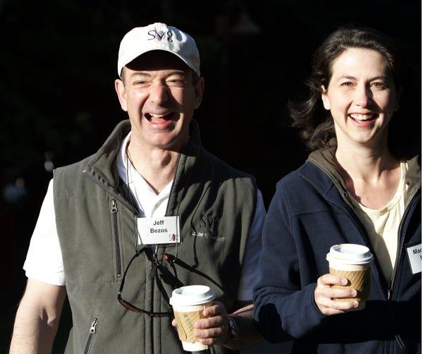 Jeff Bezos (trái) và người vợ đầu MacKenzie Tuttle (phải). Ảnh: AP.