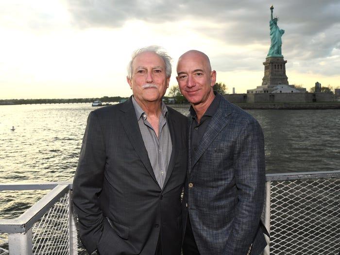 Jeff Bezos (phải) với cha mình, Miguel Bezos. Ảnh: Kevin Mazur.