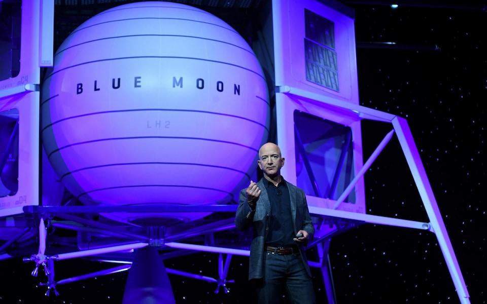 Elon Musk bên cạnh tàu Blue Moon đưa người lên Mặt trăng. Ảnh: Reuters.