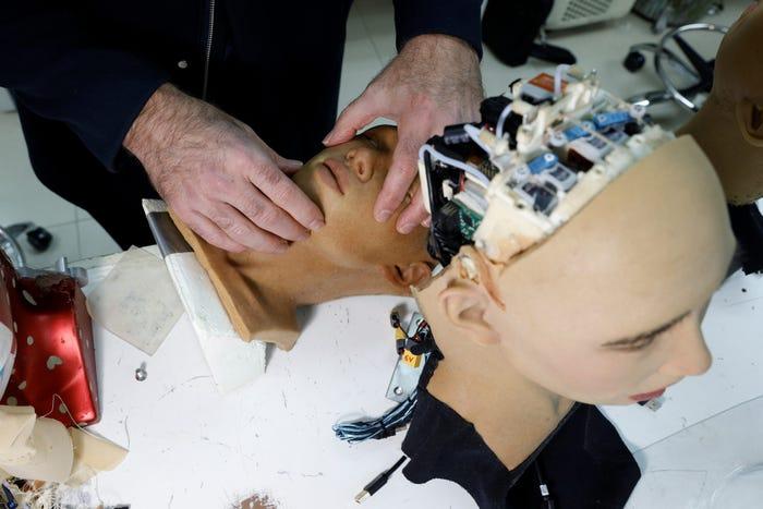 Sophia đang được tinh chỉnh về ngoại hình tại phòng thí nghiệm Hanson Robotics tháng 1/2021. Ảnh: Hanson Robotics.