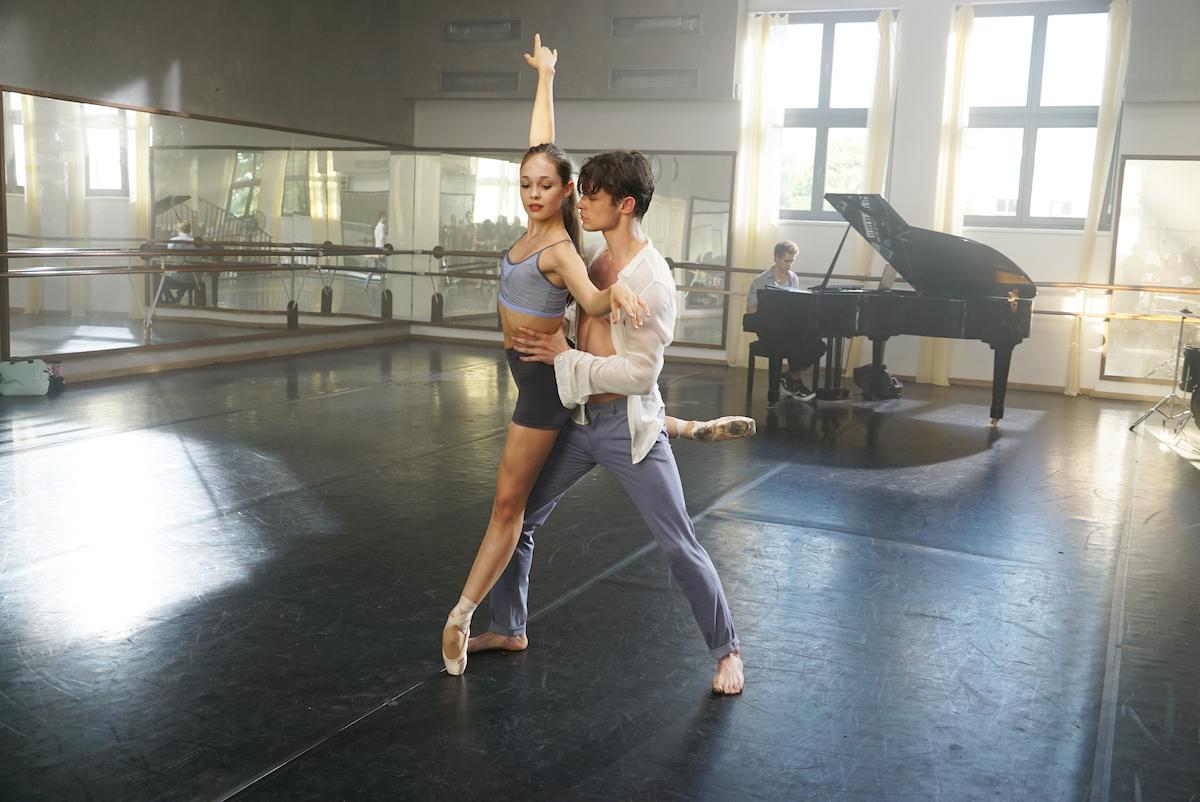 Hai diễn viên Juliet Doherty và Thomas Doherty trong bộ phim Bước nhảy cuồng nhiệt, được trình chiếu trên Fox Family Movies tháng 02/2021.