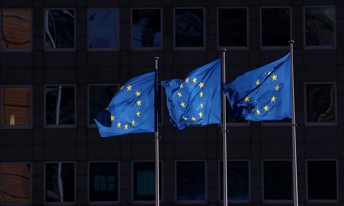 Cờ EU bên ngoài trụ sở Nghị viện châu Âu. Ảnh: Reuters.