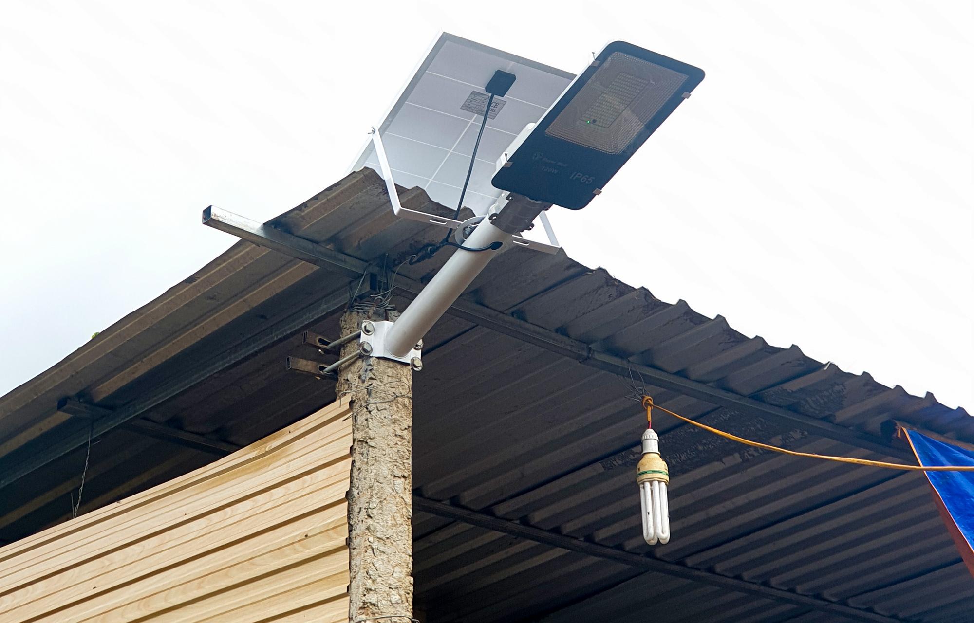 Một mẫu đèn năng lượng mặt trời được lắp tại trang trại chăn nuôi. Ảnh: Bảo Lâm.