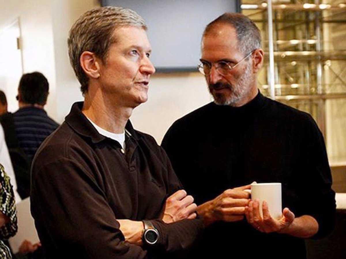 Tim Cook (trái) và Steve Jobs (phải). Ảnh: Thetaxhaven.