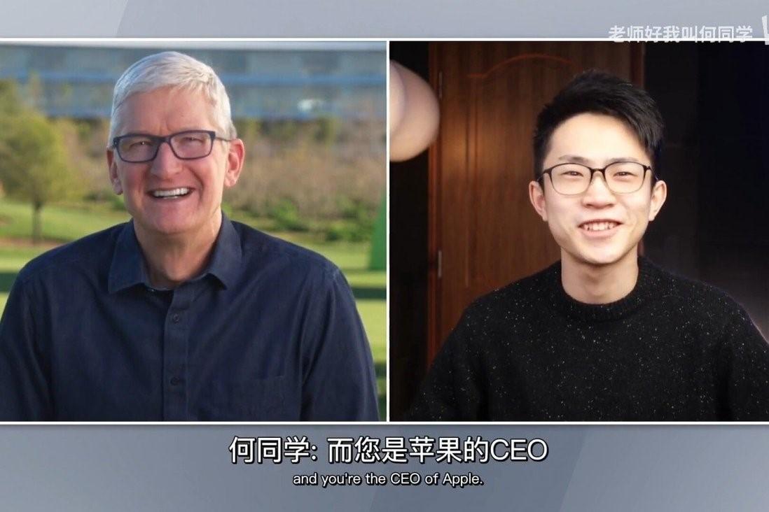 CEO Tim Cook (trái) và vlogger He Shijie. Ảnh: Bilibil.
