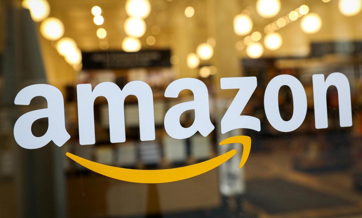 Logo Amazon bên ngoài một cửa hàng ở New York, Mỹ. Ảnh: Reuters.