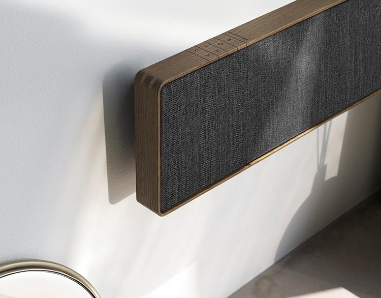 Dòng soundbar không dây của B&O với vỏ làm từ gỗ sồi. Với sự lên ngôi của YouTube và Netflix, dòng soundbar Beosound Stage công suất 650W của B&O có chuẩn âm thanh vòm Dolby Atmos, hứa hẹn sẽ thay thế hệ thống âm thanh cổ điển. Chiếc loa này có nhiều phiên bản và màu sắc, chất liệu bằng nhôm hoặc gỗ sồi.