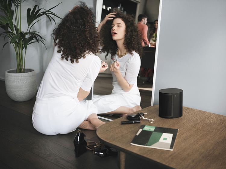 Hệ thống loa kết nối với nhau qua mạng Wi-Fi, có thể chơi nhạc từ các nền tảng streaming phổ biến, cùng lúc đồng bộ giữa các thiết bị. Hệ thống này không cần sử dụng những bộ hub phức tạp, người dùng có thể điều khiển thông qua từng thiết bị hoặc ứng dụng riêng biệt của Bang & Olufsen.
