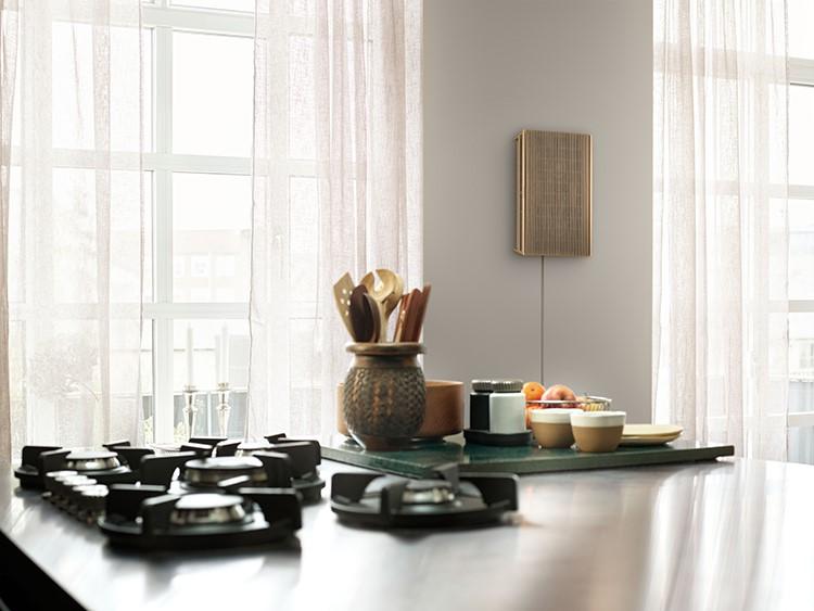 Với bộ pin được tích hợp, chiếc loa này có thể đặt linh hoạt tại nhiều vị trí trong nhà như để bàn, dựng hoặc treo tường, trở thành một món đồ nội thất sang trọng và gây bất ngờ thú vị cho mọi vị khách tới thăm.