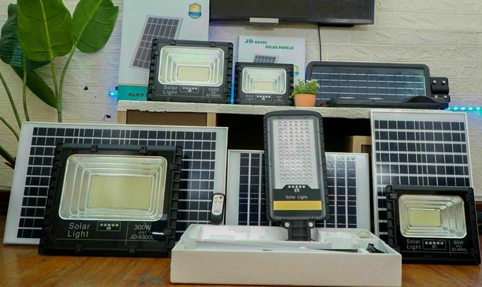 Một số mẫu đèn năng lượng mặt trời bán trên thị trường. Ảnh: Hữu Bình.