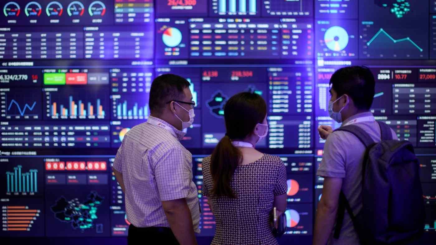 Khách tham quan gian hàng của Huawei trong một sự kiện về công nghệ tại Thượng Hải (Trung Quốc). Ảnh: Nikkei Asia.