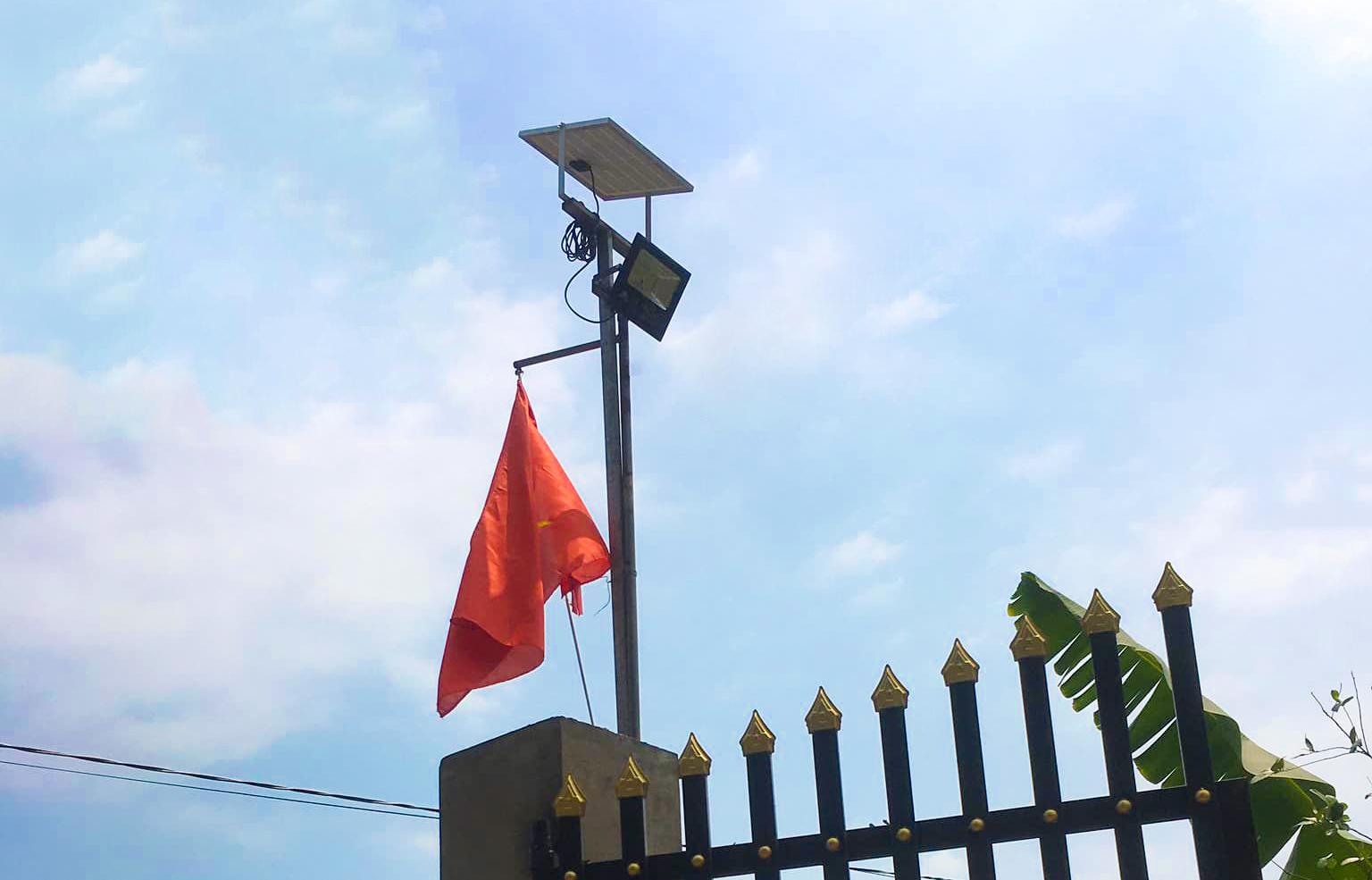 Một hộ dân dùng đèn năng lượng mặt trời để chiếu sáng. Ảnh: Hữu Bình.