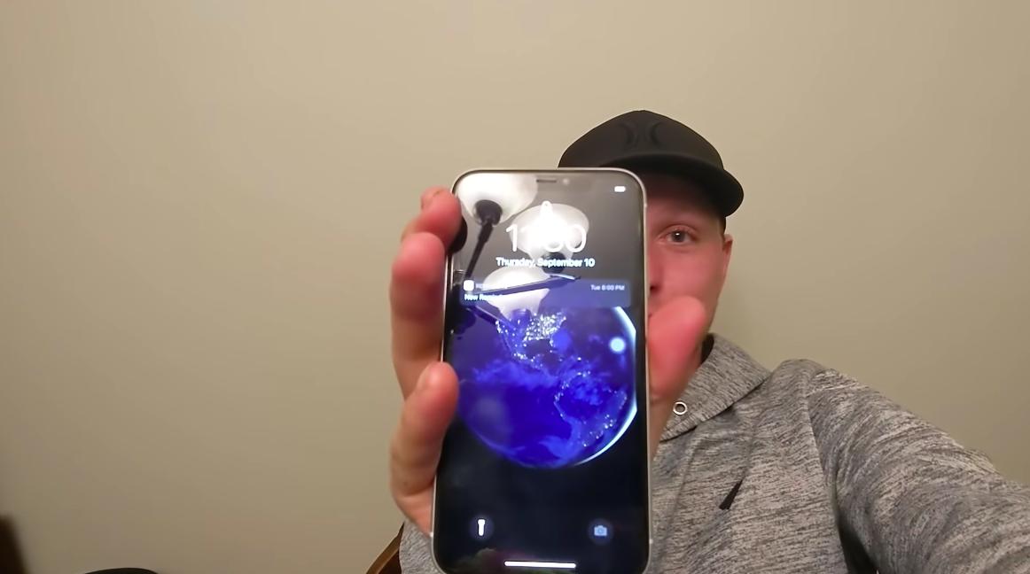 Anh Helkenberg và chiếc iPhone 11 còn hoạt động.