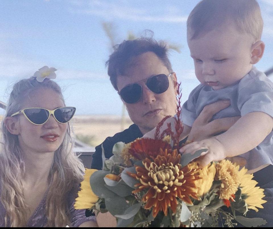 Ảnh Elon Musk (giữa) cùng bạn gái Grimes (trái) và con trai Little X.