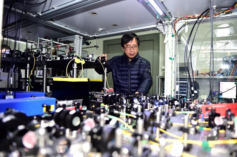 Nhà vật lý lượng tử Pan Jianwei tại phòng thí nghiệm thuộc Đại học Khoa học và Công nghệ Trung Quốc. Ảnh: Xinhua.