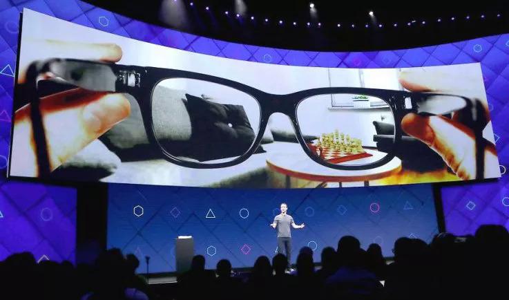 Mark Zuckerberg nói về kính AR tại hội nghị F8 năm ngoái. Ảnh: Newsweek.