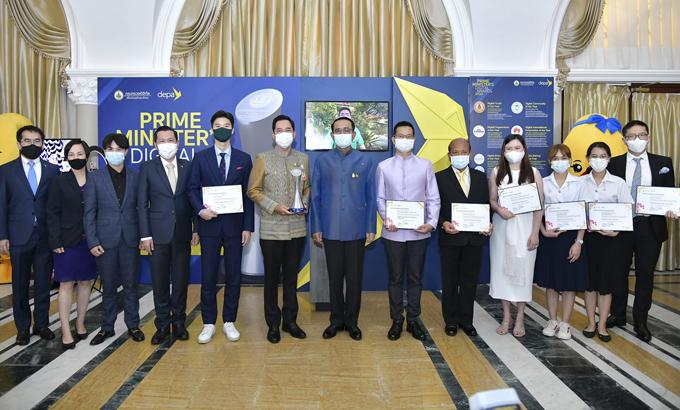 Đại diện Huawei nhận giải thưởng của Thái Lan.