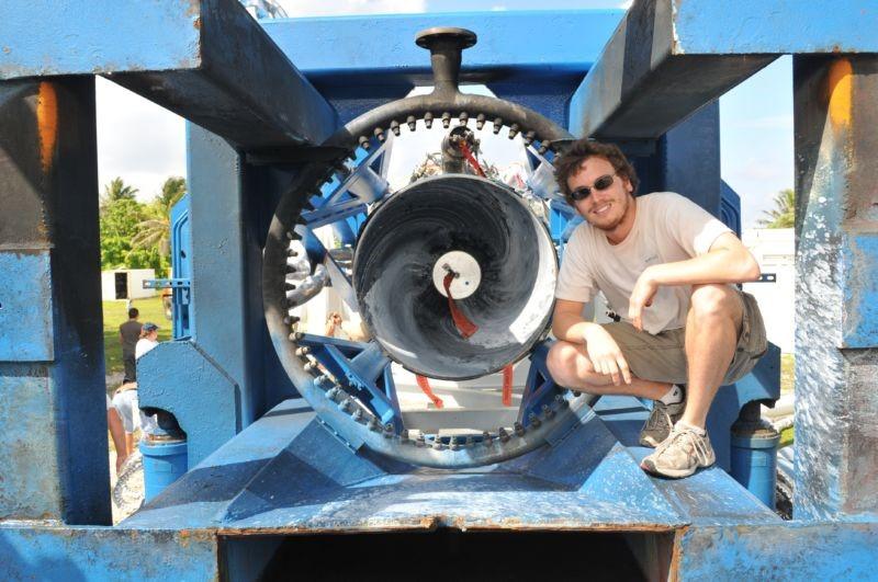 Zach Dunn bên cạnh động cơ Merlin gắn trong chuyến bay thứ tư của tên lửa Falcon 1. Ảnh: SpaceX.