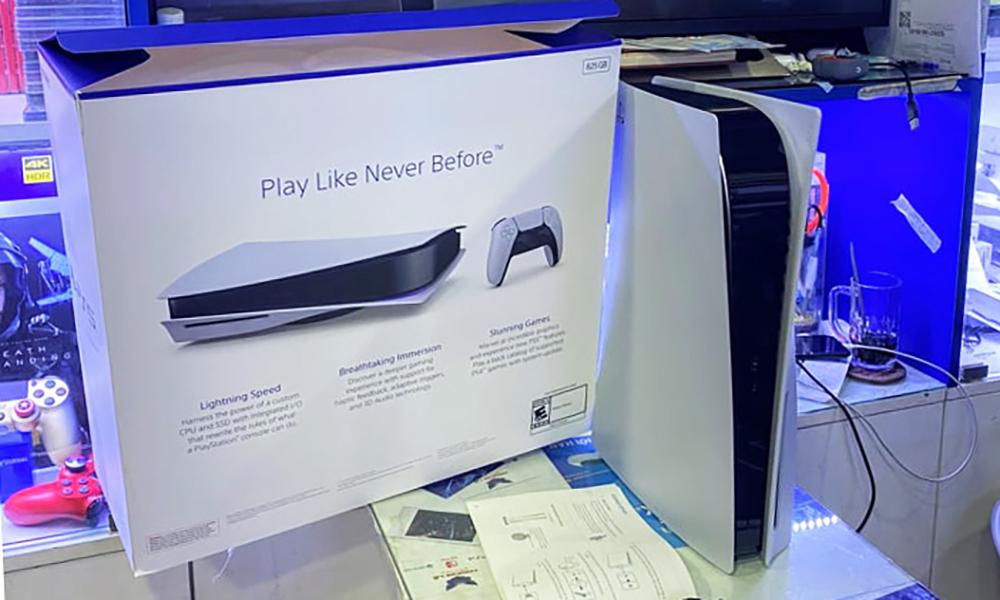 Người mua PlayStation 5 chính hãng phải mua kèm phụ kiện. Ảnh: Trần Quân