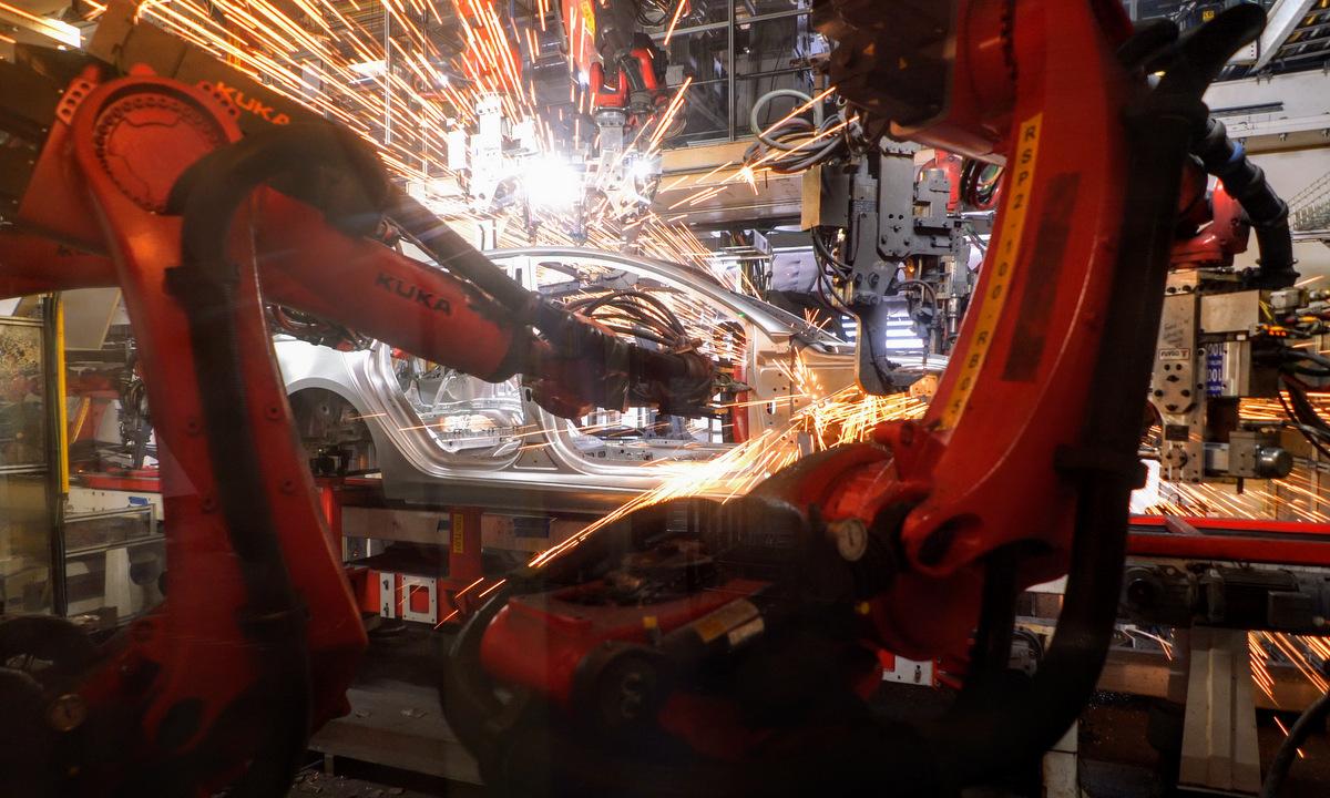 Robot trong nhà máy Tesla năm 2019. Ảnh: Clena Technica.
