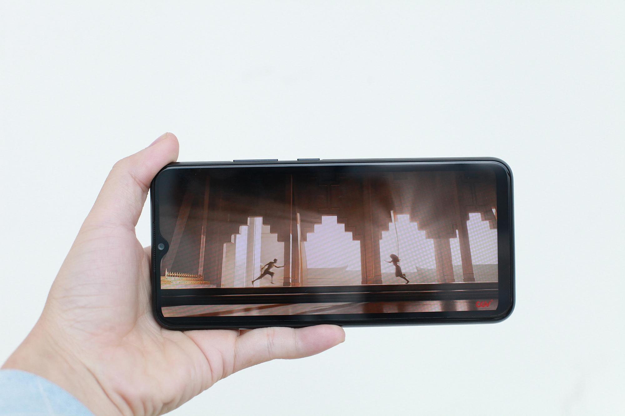 Tấm nền IPS độ phân giải HD+ cùng mặt kính gorilla glass 5 giúp bảo vệ máy, hạn chế trầy xước. Máy được bo tròn bốn góc mang đến dáng vẻ chắc chắn. Ảnh: Khương Nha.