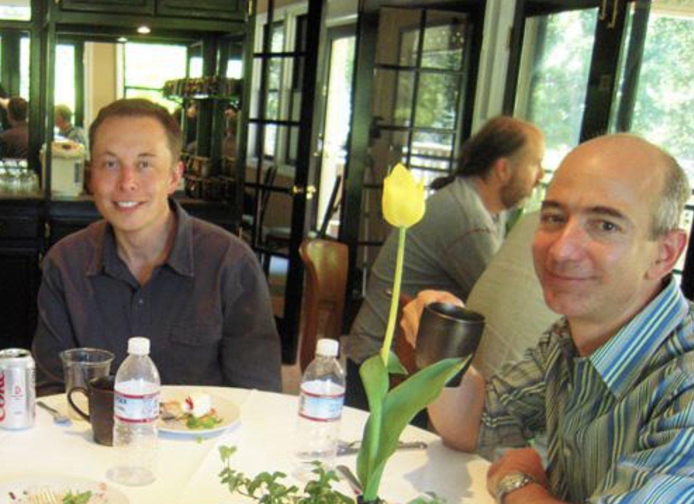 Jeff Bezos (phải) và Elon Musk (trái) gặp nhau vào 2004. Ảnh: Trung Phan.