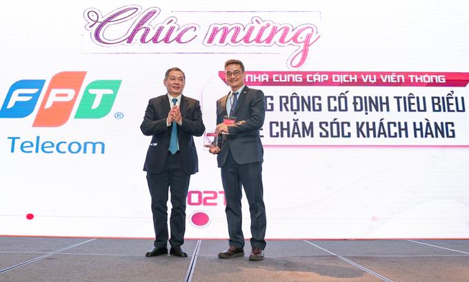 Đại diện FPT Telecom nhận giải thưởng của IDG.