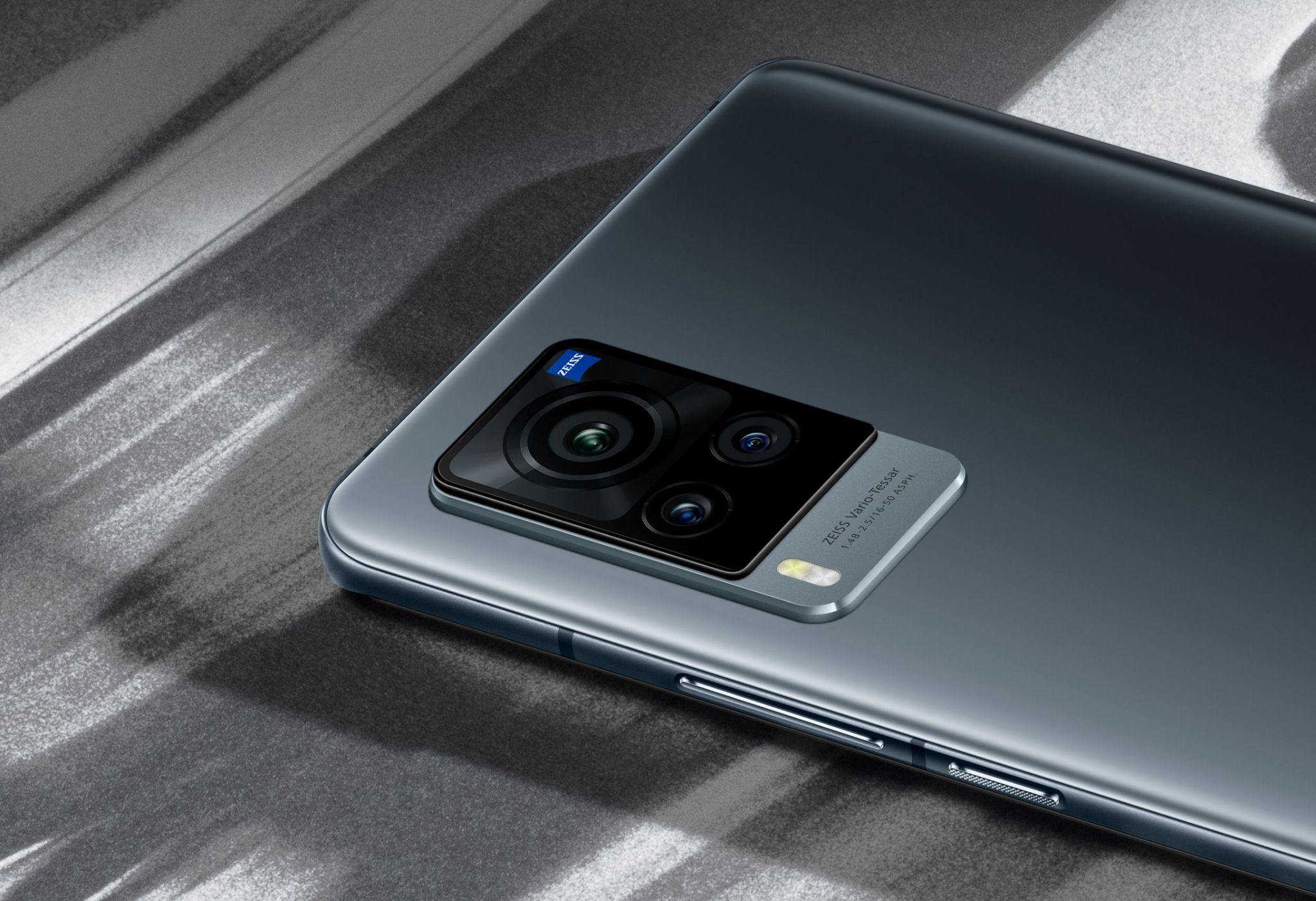 Cụm 3 camera sau với logo ZEISS ở phía trên góc phải của vivo X60 Pro.