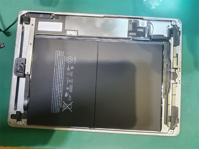 Pin bên trong một mãu iPad. Ảnh: Hitecmobile