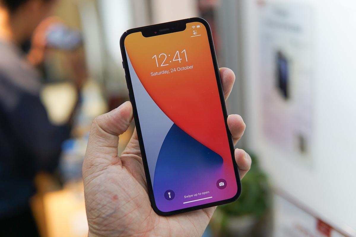 iPhone 12 Pro bản 512GB giảm giá mạnh nhưng khó bán tại Việt Nam. Ảnh: Lưu Quý