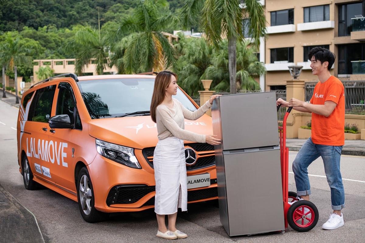 Nhân viên của Lalamove vận chuyển đồ đạc và kèm bốc xếp cho khách hàng.
