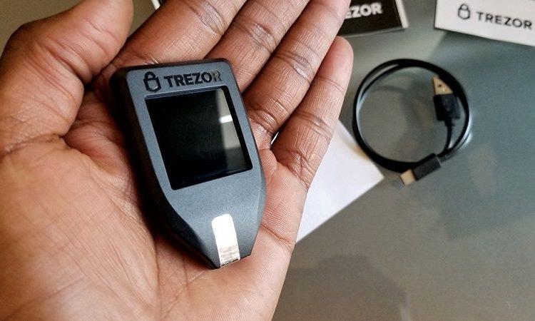 Một chiếc ví phần cứng của Trezor. Ảnh: Trezor.