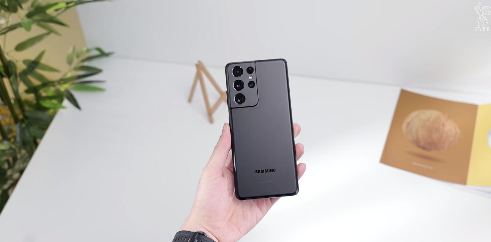 Galaxy S21 Ultra gây ấn tượng với cụm bốn camera và thiết kế dạng bo viền ra tận bên ngoài.