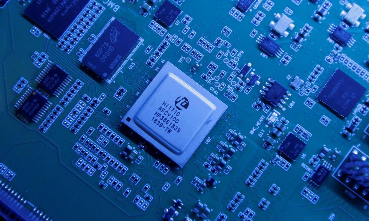 Một phần chipset Kunpeng 920 trưng bày ở tổng hành dinh Huawei tại Thâm Quyến. Ảnh: Reuters.