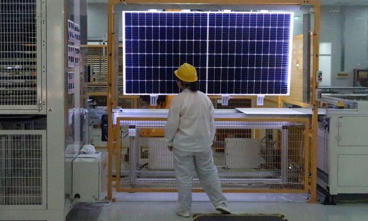Công nhân làm việc trong nhà máy Longi Green Energy Technology. Ảnh: Reuters.