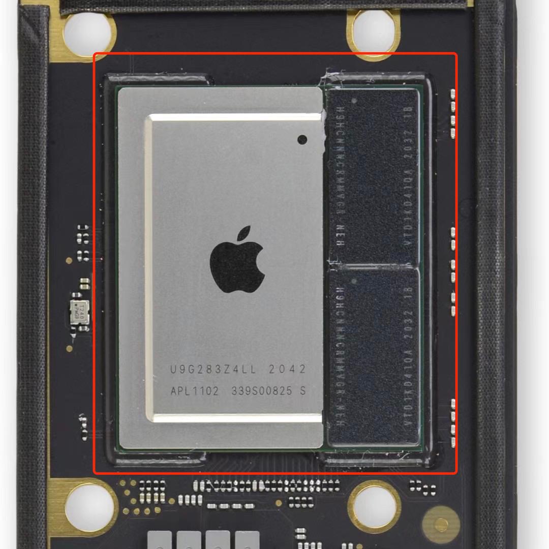 Hình ảnh chip M1 của Apple với thiết kế liền lạc từ bộ xử lý đến RAM, ổ cứng khiến người dùng gần như không thể thay thế, nâng cấp từng bộ phận.