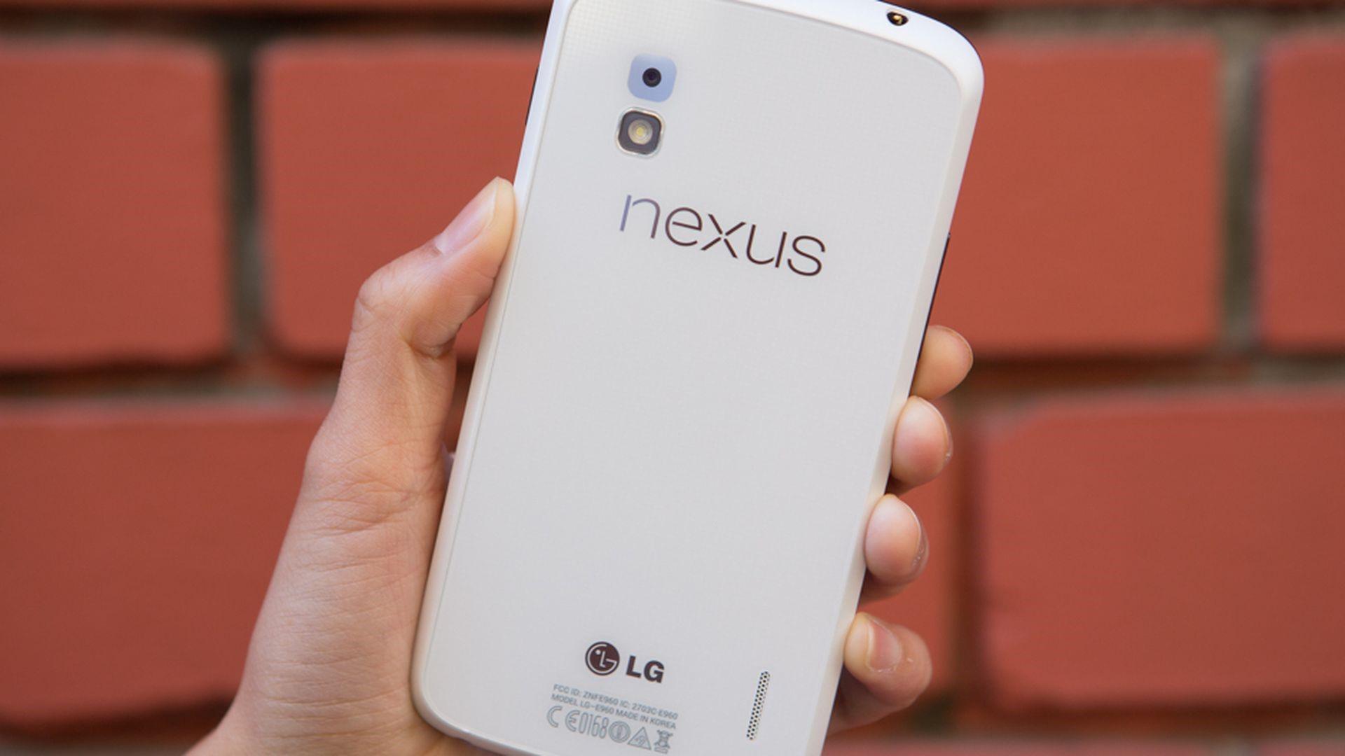 Nexus 4 của Google được LG sản xuất dựa trên thiết kế của Optimus G. Ảnh: CNet.