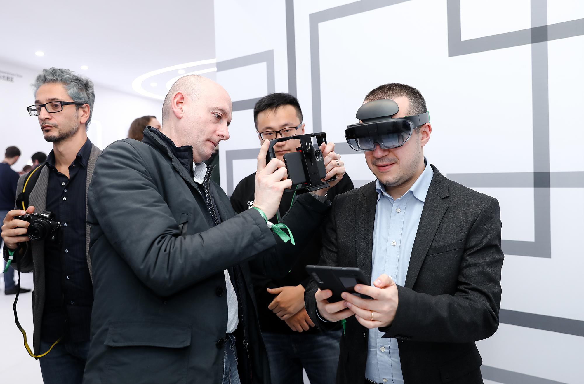 Trải nghiệm kính Oppo AR Glass tại sự kiện Oppo Inno Day.