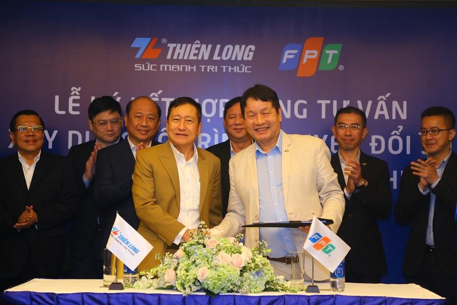Ông Cô Gia Thọ (bên trái) và ông Trương Gia Bình trong buổi ký chiến lược hợp tác chuyển đổi số giữa Thiên Long và FPT hồi tháng 10/2020.