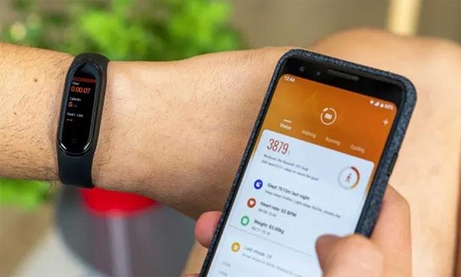 Để dùng đầy đủ tính năng trên Mi Band, người dùng cần kết nối với Mi Fit trên smartphone. Ảnh: Gsmarena