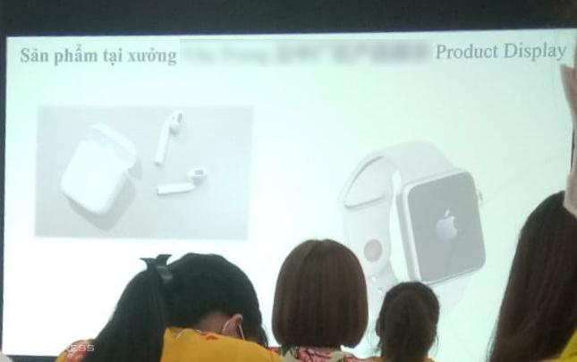 Công nhân được đào tạo để sản xuất Apple Watch Series 3 trong một nhà máy của Việt Nam.