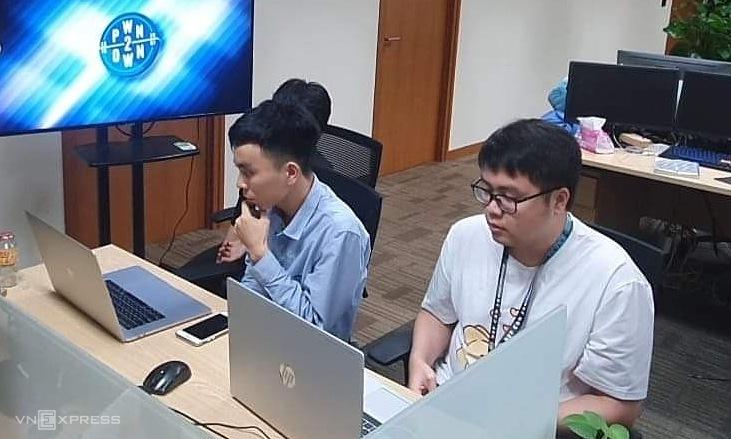 Hai chuyên gia Phạm Văn Khánh và Đào Trọng Nghĩa tham gia cuộc thi theo hình thức online. Ảnh: Thanh Bình